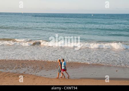 D'âge mûr à marcher le long de la plage. Ribadesella, Asturies, province de l'Espagne. Banque D'Images