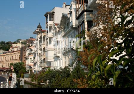 ISTANBUL, TURQUIE. Maisons en bois traditionnelles à Syros sur la rive européenne du Bosphore. 2012. Banque D'Images