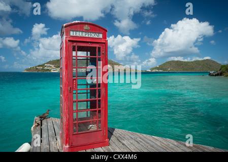 Cabine téléphonique rouge britannique dans les îles Vierges britanniques à Marina Cay Banque D'Images