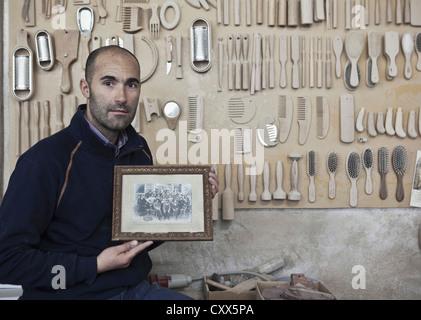 Carpenter holding ancienne photo dans l'atelier