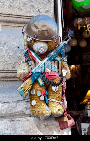 Funny ours en peluche jouet avec arme Banque D'Images