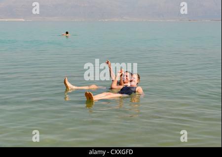 Baignade, natation les touristes à Ein Bokek, En Boqeq, Mer Morte, Israël, Moyen Orient Banque D'Images
