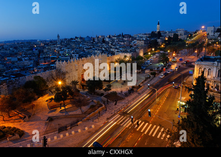 Porte de Damas avec remparts, crépuscule, vieille ville, Jérusalem, de Paulus guest house, Israël, Moyen Orient Banque D'Images