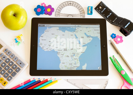 L'Ipad 3 avec des cartes et de l'école accesoires sur fond blanc Banque D'Images