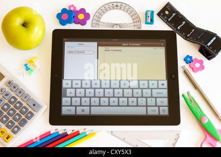 L'Ipad 3 avec l'application Notes et accessoires scolaires on white Banque D'Images