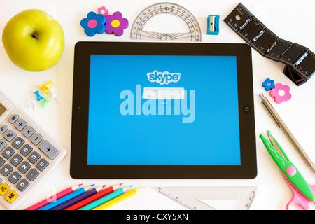 Skype sur Ipad 3 avec les accesoires sur fond blanc Banque D'Images