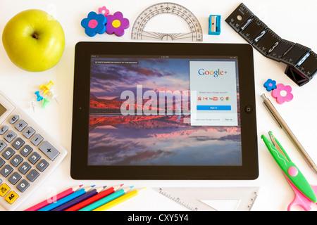 Google sur l'Ipad 3 avec l'école accesoires sur fond blanc Banque D'Images