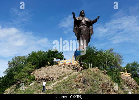 Cristo Rei, statue de Jésus Christ (27 mètres de haut) sur le dessus de la planète à l'extérieur de l'ACFGAM Fatu Kap capitale Dili, Timor Leste