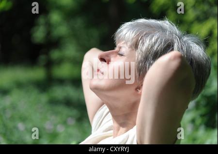 Vieille Femme au soleil Banque D'Images