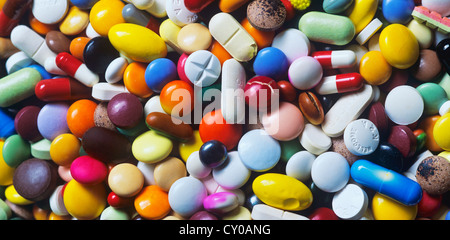 Médicaments périmés, mélange coloré de gélules, pilules et comprimés, full frame Banque D'Images