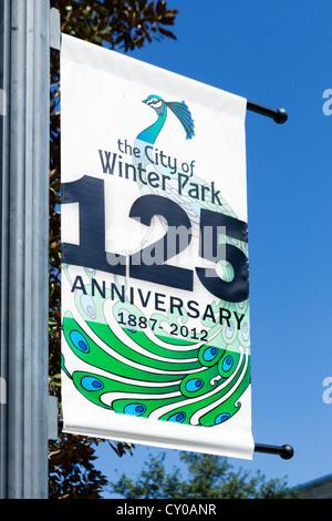 Bannière sur Park Avenue (la rue principale) célébrant le 125e anniversaire de la ville, Parc d'hiver, le Centre Banque D'Images
