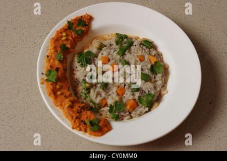 Upma ou uppuma est un plat populaire petit-déjeuner de l'Inde du Sud. Upma est habituellement faite avec de la semoule Banque D'Images
