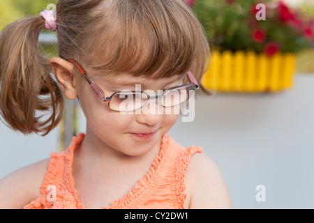 Petite fille regarde timidement Banque D'Images