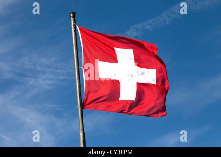 Drapeau suisse de la Suisse sur un ciel bleu Banque D'Images