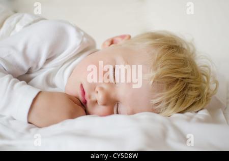 Ce garçon a 3 ans, il est vraiment dormir Banque D'Images