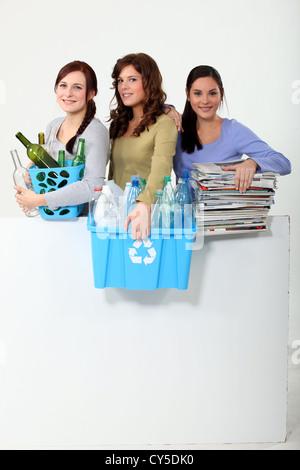 Jeune femme sortir le recyclage Banque D'Images