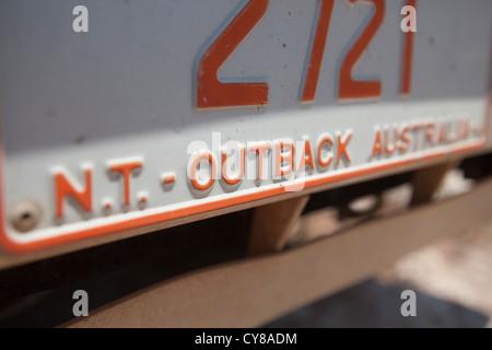 La plaque de numéro de voiture Territoire du Nord avec les mots dans l'outback. Banque D'Images