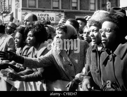 Les femmes afro-américaines en colère brandissant ses adieux à tué Leader, Malcolm X, au Temple de la Foi, New York Banque D'Images
