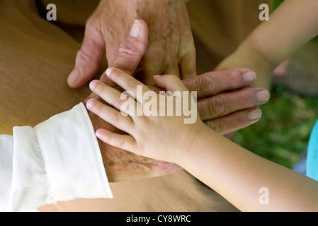 La main de l'enfant tenant la main de la personne âgée Banque D'Images