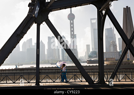 Les gens à pied à travers le pont Waibaidu sur Suzhou River Shanghai, Chine Banque D'Images