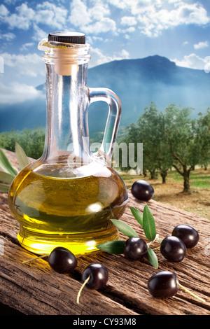 Bouteille d 39 huile d 39 olive avec la direction g n rale de l 39 alimentation en feuilles et berry - La bouteille sur la table ...