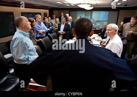 Le président américain Barack Obama parle avec des membres de l'équipe de sécurité nationale à l'issue de l'un d'une Banque D'Images
