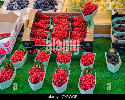 Groseilles rouges à vendre dans un marché de fruits et légumes. Banque D'Images