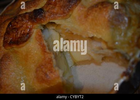 Fait maison fraîchement sorti de la tarte aux pommes avec une tranche mis hors Banque D'Images
