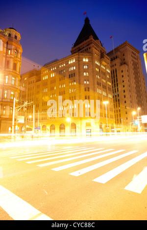 Belle Vue de nuit shanghai bund,light trails sur rue Banque D'Images