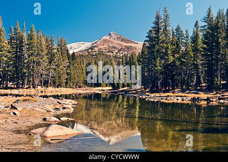 Montagne enneigées reflète dans Lake dans le Parc National de Yosemite Banque D'Images