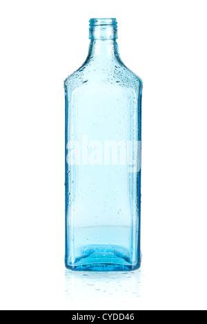 Bouteille vide bleu avec des gouttes d'eau. Isolé sur fond blanc Banque D'Images