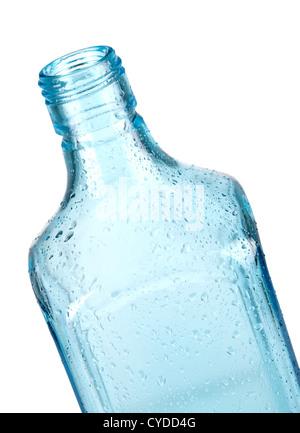 Bouteille vide bleu avec des gouttes d'eau. Gros plan, isolé sur fond blanc Banque D'Images