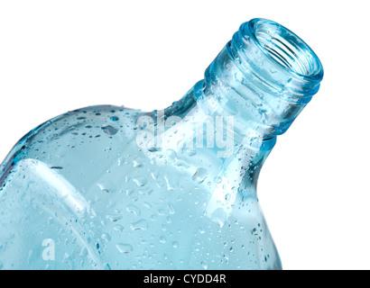 Bouteille vide bleu avec des gouttes d'eau. Gros plan, isolated on white Banque D'Images