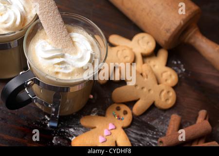 Les hommes d'épices Biscuits biscuit avec du café chaud et crème fouettée Banque D'Images