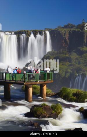 Les touristes dans le passage libre à Iguacu Iguacu Falls, parc national, l'État de Parana, Brésil Banque D'Images