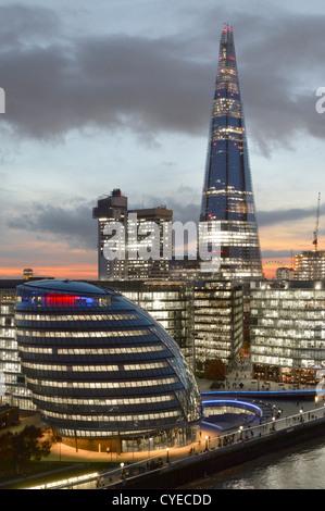 Toits de Londres avec (de gauche à droite) l'hôtel de ville, 'Plus de Londres' (avec l'écope), les gars l'hôpital Banque D'Images