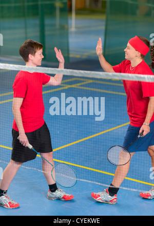 En badminton double filles gagné le point. Banque D'Images