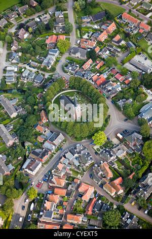 Les Pays-Bas, Raerd, antenne. Centre de village avec église sur le mont.