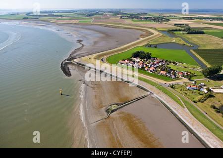 Les Pays-Bas, baignoire, vue sur le village et la rivière Westerschelde. Vue aérienne.