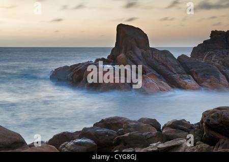 Les roches dans le canal de lumière tôt le matin. Banque D'Images