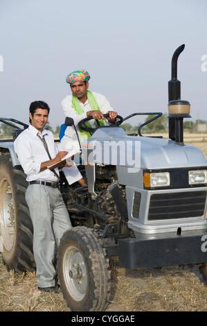 Conseiller financier d'expliquer à un agriculteur prêt à l'agriculture Banque D'Images
