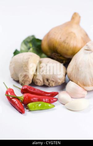 Une sélection de fruits frais et secs des herbes culinaires et les épices sur un fond blanc. Banque D'Images