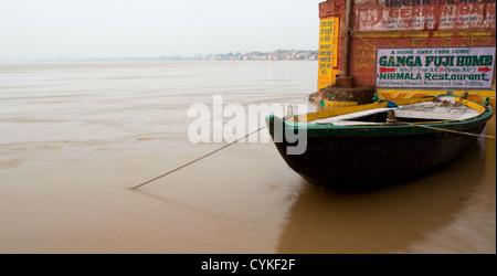 Bateau amarré à l'un des Ghats de Varanasi, Inde Banque D'Images