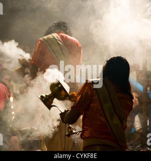 Ganga puja (cérémonie hindoue, Varanasi, Inde Banque D'Images