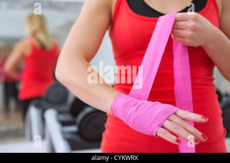 Boxer rétractable ses mains en salle de sport Banque D'Images