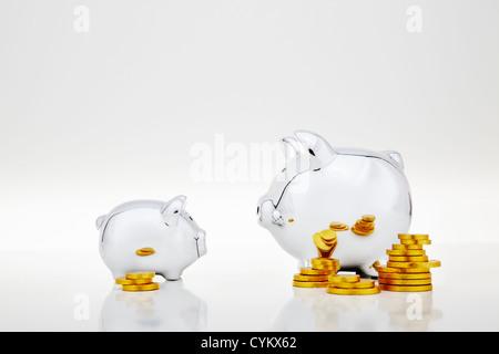 Des piles de pièces d'or par Piggy Banks