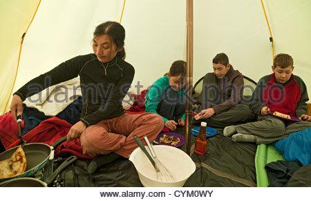 Manger ensemble dans la famille tente camp Banque D'Images