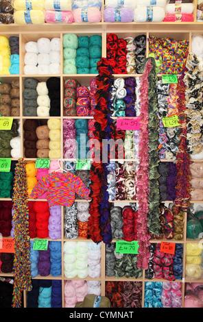 Boules colorées de laine sur des étagères Banque D'Images