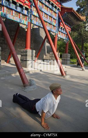 Un homme ayant participé à des exercices du matin dans le parc Beihai, Beijing, Chine Banque D'Images