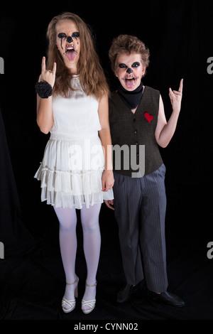 L'époux et épouse - zombie, les enfants ont mis sur pour l'Halloween Banque D'Images